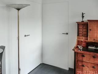 Wandbündiege  Türen mit Unterputzzargen: moderne Wohnzimmer von CS interior solutions