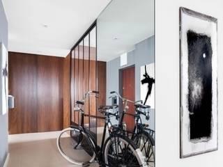 Apartament na Muranowie Nowoczesny korytarz, przedpokój i schody od OIKOI Nowoczesny