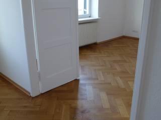 Parkettrenovierung in alter Offizierswohnung:  Wohnzimmer von Fischer Raumgestaltung