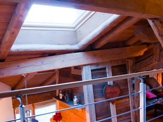 un appartement dans une grange sur trois niveaux, en Savoie: Salle à manger de style  par atelier choron pellicier