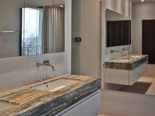 BAD AW-U - PrivatSpa: moderne Badezimmer von Cyrus Ghanai Interiordesign + PrivatSpa