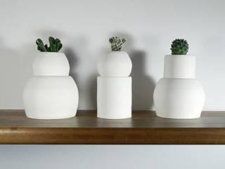 Quando il sottovaso è più grande del vaso: Casa in stile  di Ceramica Artistica di Chiara Cantamessa