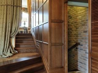 Дом для семейных уикендов и праздников. Коридор, прихожая и лестница в колониальном стиле от Меречко Людмила Колониальный