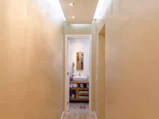 Corredores, halls e escadas minimalistas por Raphael Civille Arquitetura Minimalista