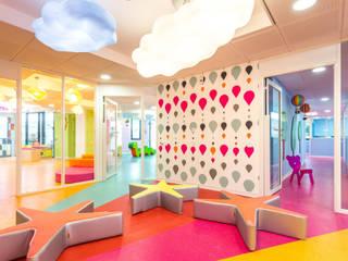 Aménagement d'une crèche à Aix en Provence Ecoles modernes par MARTINE CODACCIONI DECORATION D'INTERIEUR Moderne
