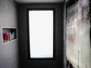 Habillage mural éclairé étanche pour salle de bains Salle de bain moderne par AIC Design Moderne