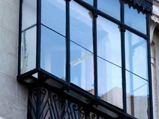 Barquillo 12, Madrid. Rehabilitación de edificio protegido para 16 viviendas y garaje robotizado Balcones y terrazas de estilo clásico de AURIANOVA ARQUITECTOS Clásico
