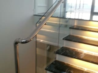 Couloir, entrée, escaliers minimalistes par DEKODİZAYN pirinç mob. dek. ltd. şti. Minimaliste