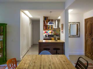 Modern dining room by Raquel Junqueira Arquitetura Modern