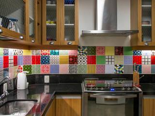 APARTAMENTO KG: Cozinhas  por Raquel Junqueira Arquitetura,Moderno