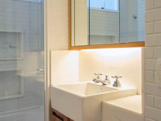 APARTAMENTO KG: Banheiros  por Raquel Junqueira Arquitetura,Moderno