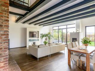 Modernisierter rheinischer Vierkanthof Ausgefallene Wohnzimmer von immoshots.de - Fotografie für Architektur, Interieur, Immobilien Ausgefallen