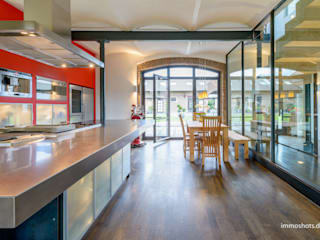 Küche und Essplatz mit Blick in den Innenhof:  Küche von immoshots.de - Fotografie für Architektur, Interieur, Immobilien