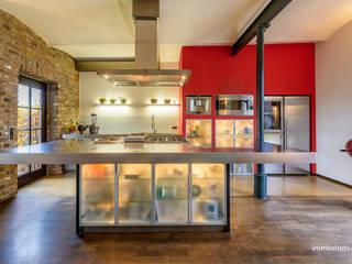 Moderne Küche in alten Gemäuern:  Küche von immoshots.de - Fotografie für Architektur, Interieur, Immobilien