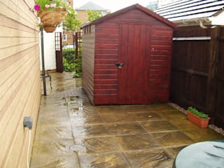 Small Courtyard Garden: modern  by Dewin Designs, Modern