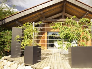 Custom planters Image'In - Combination of Black and White forms for climbing plants. ATELIER SO GREEN Eclectic style houses