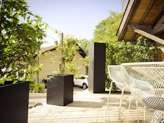 Custom planters Image'In - Combination of Black and White forms for climbing plants. ATELIER SO GREEN Eclectic style garden