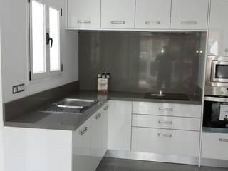Cocina para apartamento.:  de estilo  de Ypsilon Cocinas