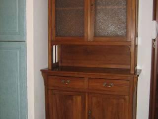 Restauro credenza con alzata in vetro di Restauro e Restyling di Liana Di Nardo Classico
