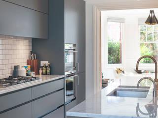 PG Residence:  Kitchen by deDraft Ltd