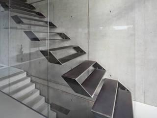 Pasillos, vestíbulos y escaleras modernos de Schiller Architektur BDA Moderno