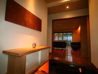 嵯峨二尊院の家: 株式会社ローバー都市建築事務所が手掛けた廊下 & 玄関です。