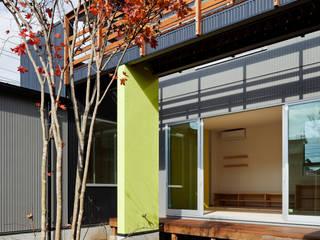 屋外ブリッジのある家 モダンな 家 の 株式会社山岡建築研究所 モダン