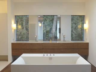 Badewanne mit Glasoberlicht:  Badezimmer von GESSNER INNENARCHITEKTUR
