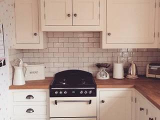 Little Cream Kitchen: classic Kitchen by Hallwood Furniture