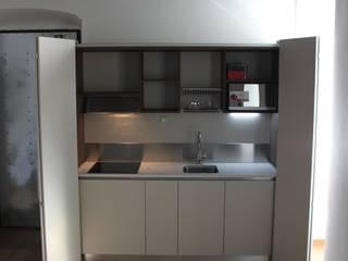 Cucina a scomparsa da cm.240 ante a libro totali - appartamento a Torino di MiniCucine.com Minimalista