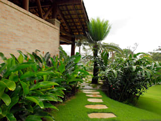Tropical style garden by Gil Fialho Paisagismo Tropical