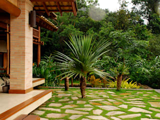 Tropical style gardens by Gil Fialho Paisagismo Tropical
