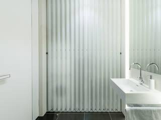 City Lounge: minimalistische Badezimmer von Johann Will GmbH
