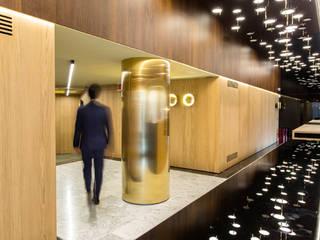 Oficinas y Tiendas de estilo  por Marset