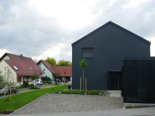 Der Eingang mit Carport:  Häuser von Nickel und Wachter Architekten
