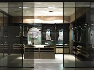 Walk-in-wardrobe: modern Dressing room by Lamco Design LTD