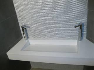 lavabo en Blanco.: Baños de estilo  de marmoles la pedrera