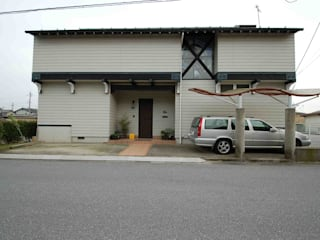 道路側外観(玄関棟正面): 株式会社 央建築設計事務所が手掛けた家です。