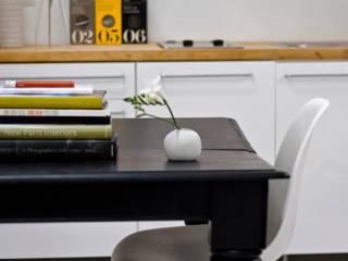 Detalle de mobiliario:  de estilo  de B-mice Design + Architecture