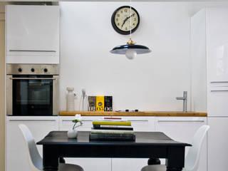 Cocina: Cocinas de estilo  de B-mice Design + Architecture