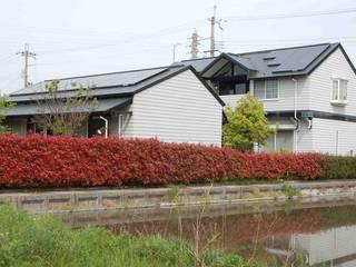 敷地東南角からの外観: 株式会社 央建築設計事務所が手掛けた家です。