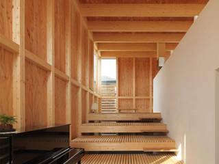 ミニマリストの家: 畠中 秀幸 × スタジオ・シンフォニカ有限会社が手掛けたリビングです。