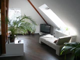 Umbau einer Wohnung im Dachgeschoss:  Wohnzimmer von Lico Design