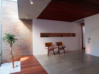Modern balcony, veranda & terrace by Ana Sawaia Arquitetura Modern