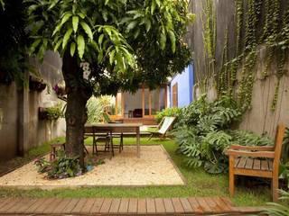 Sobrado 1939: Jardins  por Ana Sawaia Arquitetura,Moderno