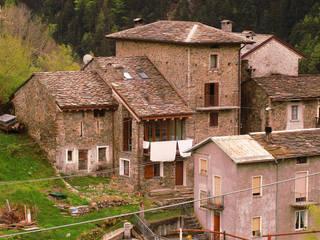 L'edificio, dopo l'intervento, nel contesto della frazione Costa a Campo Tartano.:  in stile  di Architettura & Urbanistica Architetto Dario Benetti