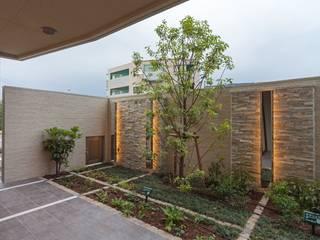 光のコンポジションが創りだすエントランス空間 STUDIO AZZURRO モダンなホテル