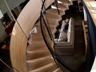 Geländer spielt  mit Gegensätzen: moderne Wohnzimmer von STREGER Massivholztreppen GmbH