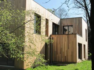 Maison au milieu des arbres: Maisons de style de style Moderne par F. DEMAGNY ARCHITECTE