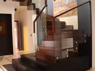 Tritt- und Setzstufen gehen bei der Faltwerktreppe nahtlos ineinander über:  Flur & Diele von STREGER Massivholztreppen GmbH